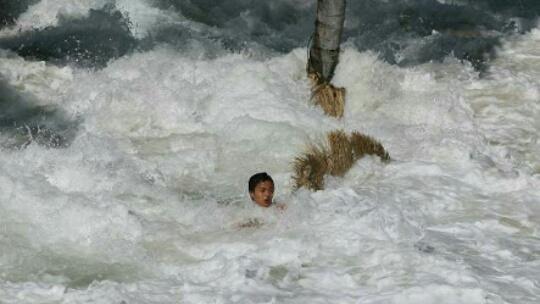 Nekat, Difabel ini Ingin Tahu Rasanya Tsunami, Akibatnya..